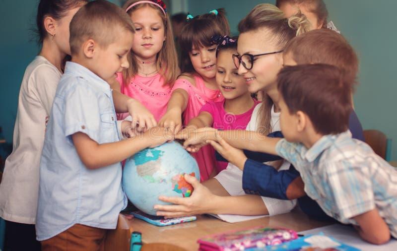 Bildungskonzept, Schulkinder, Lektion lizenzfreies stockfoto