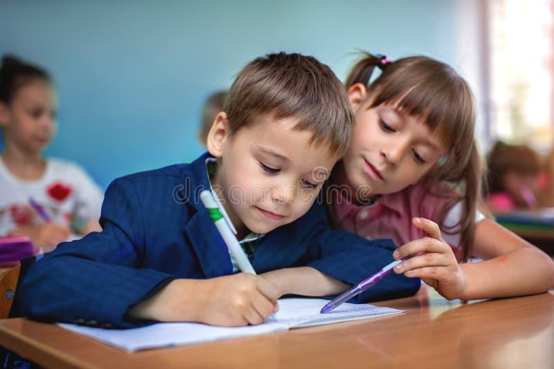 Bildungskonzept, Schulkinder, Lektion lizenzfreie stockbilder