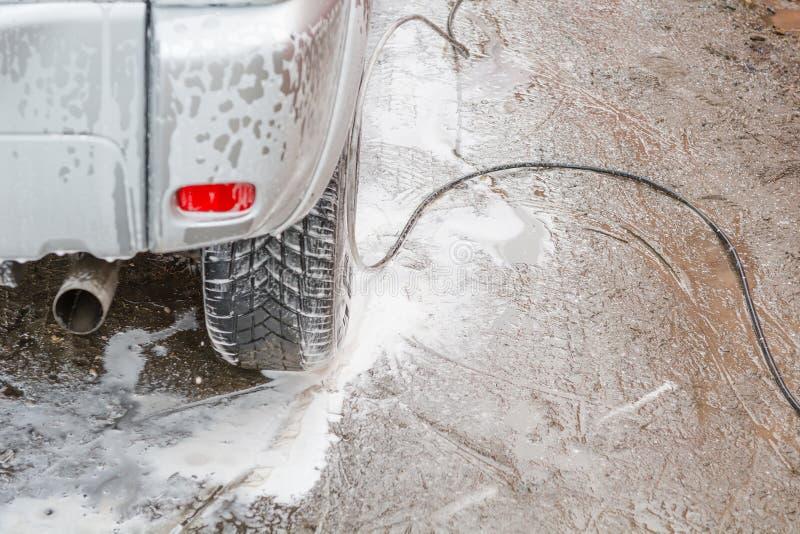 Bilen är i skumet Skumbiltvätt Skumpinnar med bilen arkivfoto