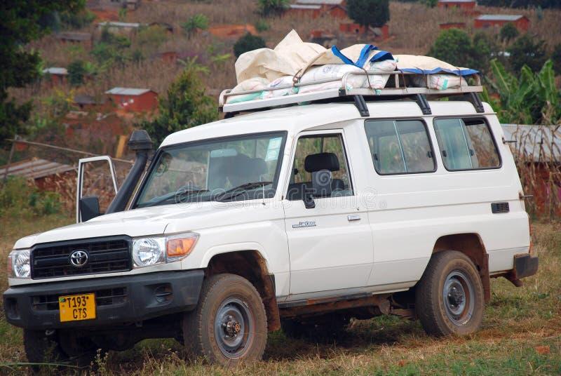Bilen av NGO-mawakien laddade tillförsel och mat royaltyfri fotografi