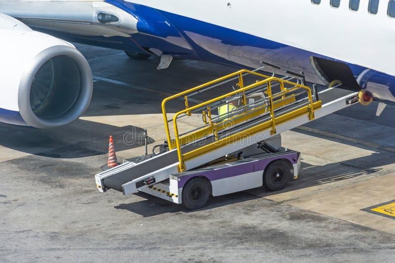 Bilen för att ladda bagagerummet av flygplanet är klar väntande på last arkivbild