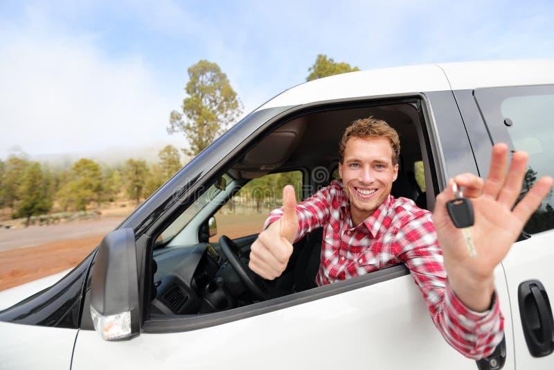 Bilen för visningen för bilchauffören stämmer och tummar upp lyckligt arkivfoton