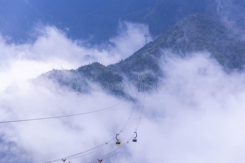 Bilen f?r elektrisk kabel g?r till det Fansipan bergmaximumet det h?gsta berget i Indokina, p? 3 143 metrar i Sapa, Vietnam royaltyfri fotografi