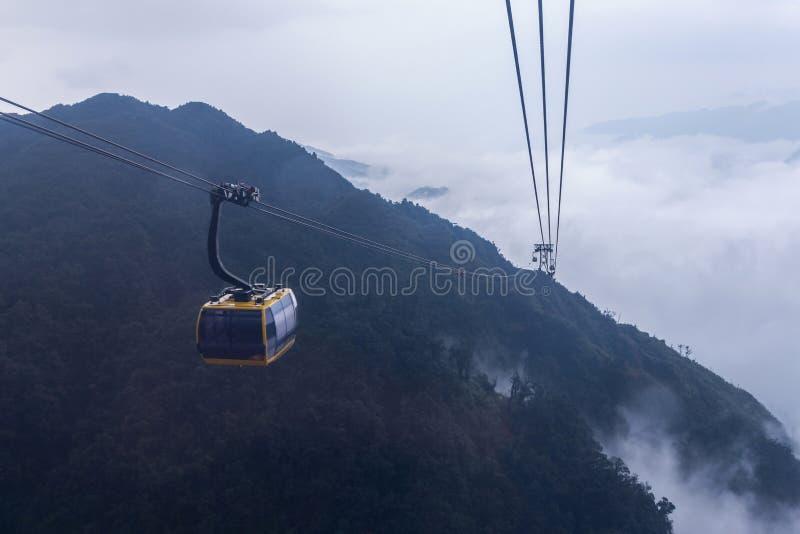 Bilen f?r elektrisk kabel g?r till det Fansipan bergmaximumet det h?gsta berget i Indokina, p? 3 143 metrar i Sapa, Vietnam arkivfoto