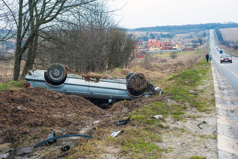 Bilen fick in i en olycka på huvudvägen Lviv-Ivano-Frankivsk royaltyfria foton