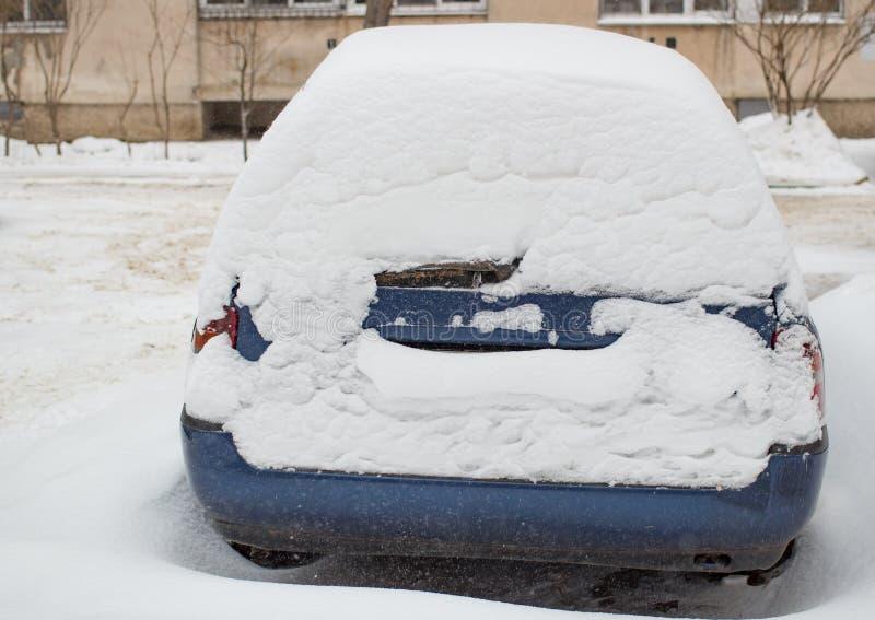 Bilen fyllde upp vid insnöat vintern royaltyfri fotografi