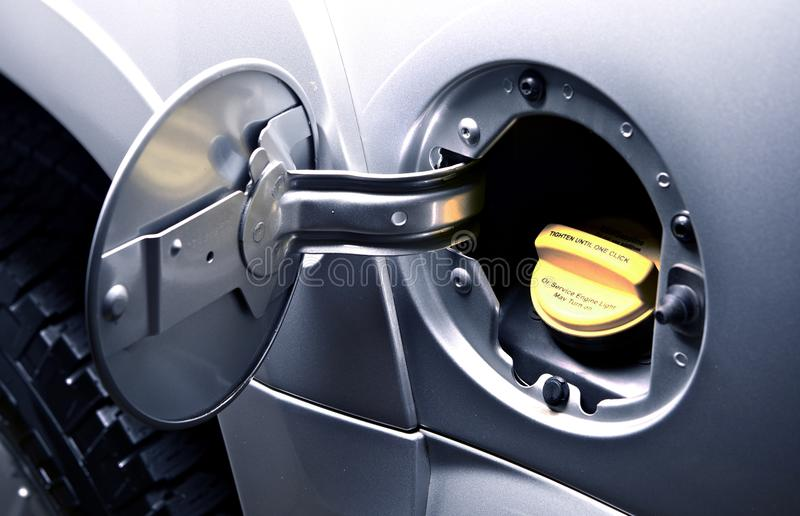 Bilen gasar tankar - tanka arkivbild