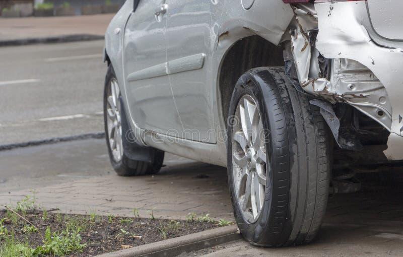 Bilen har bucklat den bakre stötdämparen som är skadad efter olycka arkivfoton