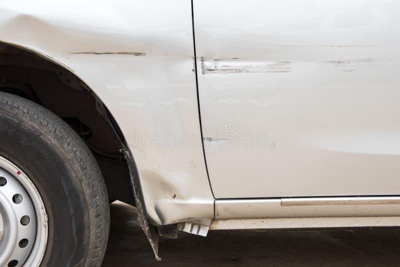 Bilen har skrapat med djup skada till målarfärgen, bilolycka på fotografering för bildbyråer