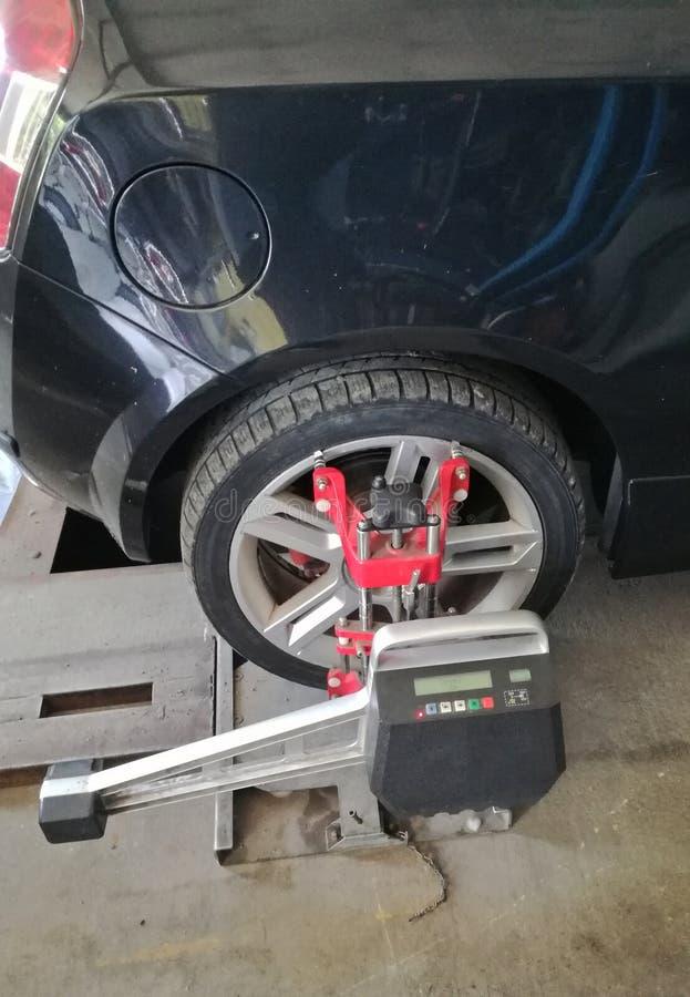 Bilen i service behöver arrangera i rak linje hjulen hjuljusteringen krävs fotografering för bildbyråer