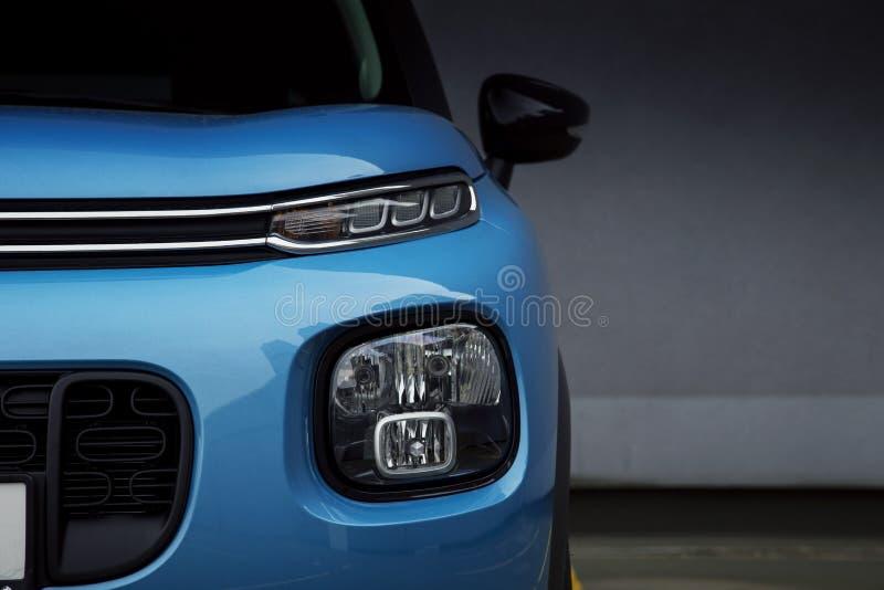 Bilen LEDDE billyktor och dimljus av en blåa SUV royaltyfria foton