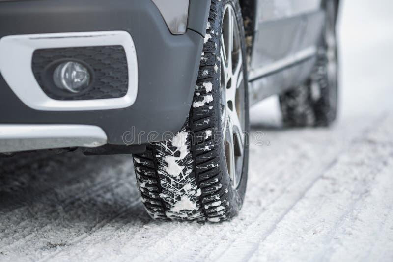Bilen med vinter tröttar på en hal väg arkivbilder