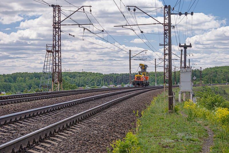 Bilen MPT-4 för järnväg service används för att ladda och trans. av industriell utrustning längs järnväg linjer eller spår arkivfoton