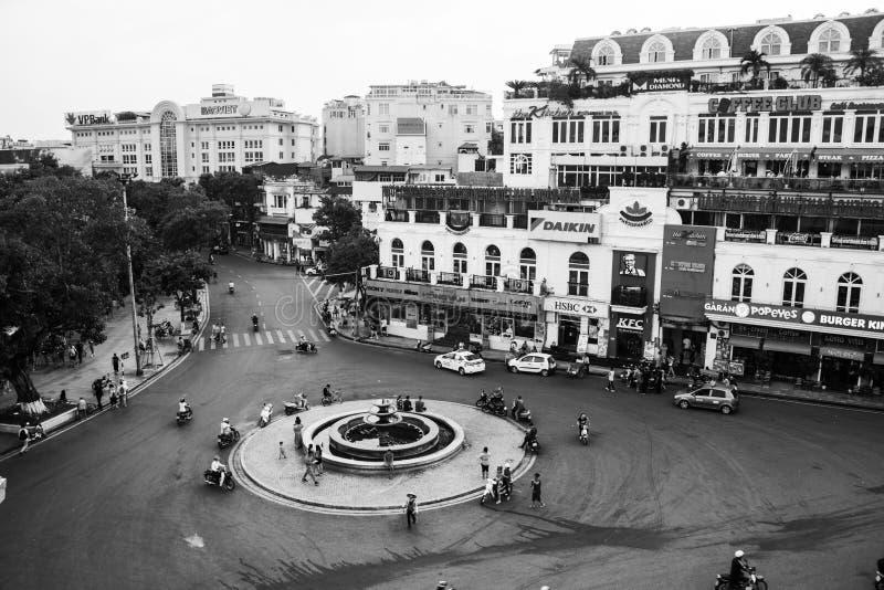 Bilen och folket trafikerar i centret av Hanoi, Vietnam Typiska kaféer svart white arkivbild