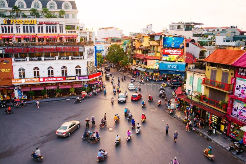 Bilen och folket trafikerar i centret i Hanoi, Vietnam arkivfoton
