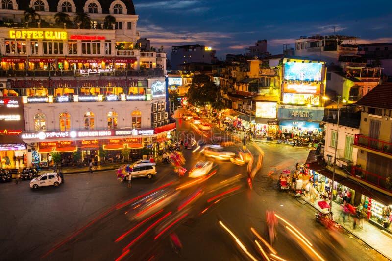 Bilen och folket trafikerar i Hanoi, Vietnam royaltyfri foto
