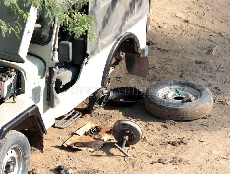 Bilen reparerar på vägen royaltyfri fotografi