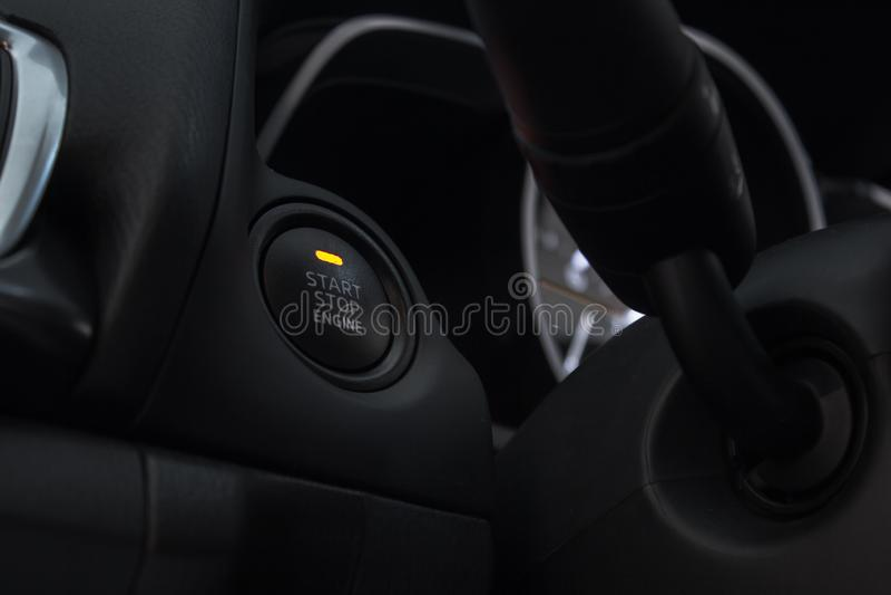 Bilen skjuter startknappen, stoppet, ny stilbil, inom den moderna teknologibilen arkivfoton