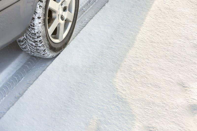 Bilen som flyttar sig på den snöig vägen, rullar gummigummihjul i djup snö Trans., design och säkerhetsbegrepp arkivbilder