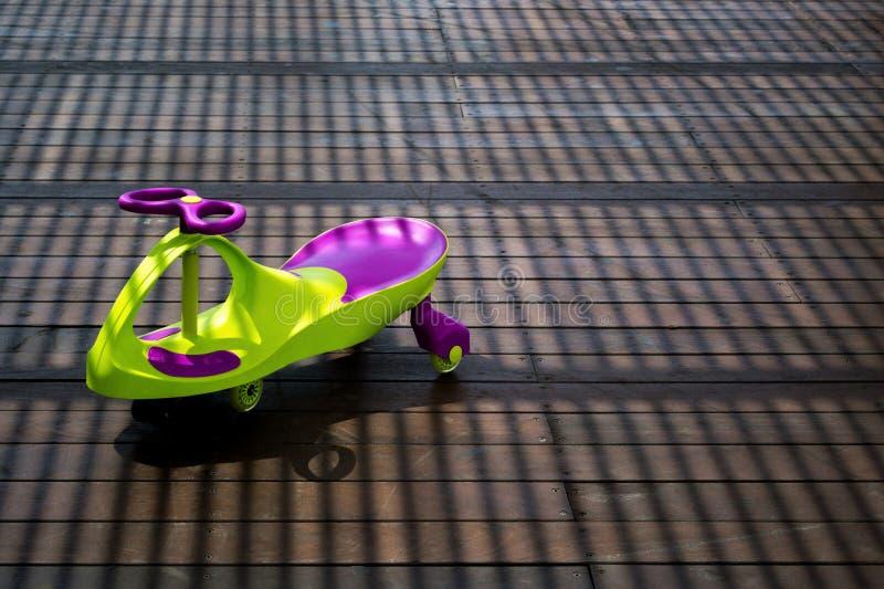 Bilen/sparkcykeln för barn` s arkivfoto