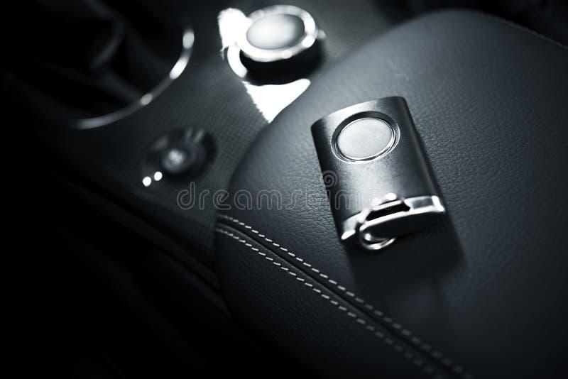 Bilen stämm och fjärrkontrollen royaltyfria foton