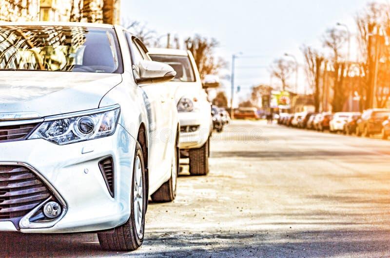 Bilen staden, lyx, många, modernt som är utomhus-, parkerar, vägen, gatan, trafik, royaltyfria bilder