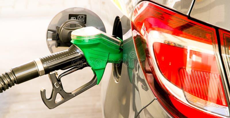 Bilen tankar på bensinstationen Begreppsfoto för bruk av bränslen bensin, diesel, ethanol i förbränningsmotorer, luftförorening royaltyfri fotografi