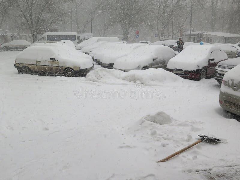 Bilen under snö, naturkatastrofer övervintrar, häftiga snöstormen, tung snö paralyserade staden, kollaps Snö täckte cyklon Europa arkivbild