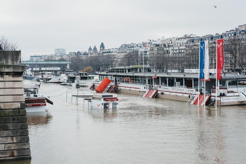 Biletowi booths chujący pod nastroszonymi poziomami wodymi Rzeczny wonton w Paryż, Francja fotografia stock