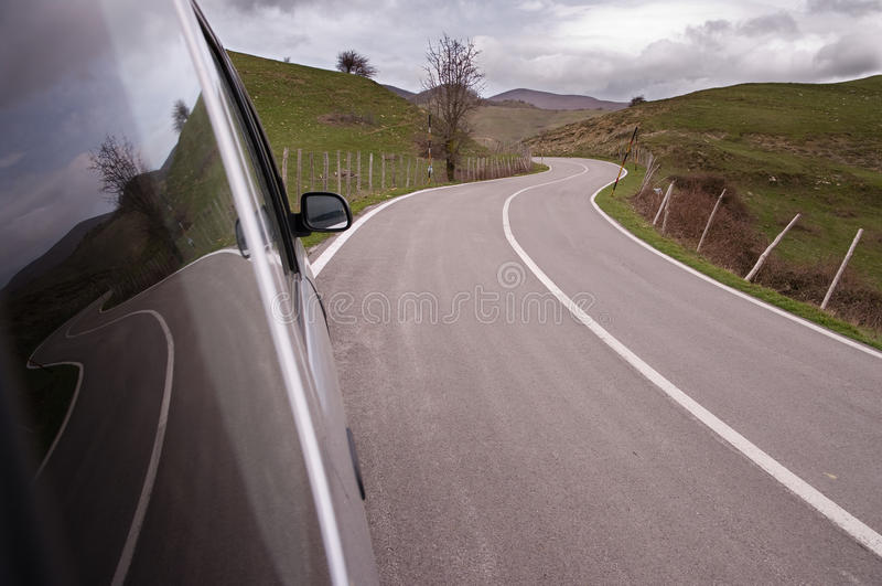 bilexponeringsglas reflekterade vägsidospolning royaltyfri foto