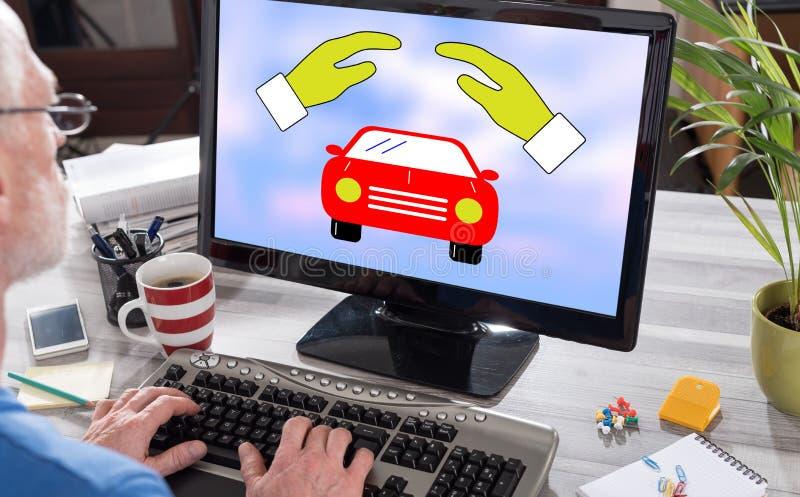 Bilförsäkring på en dator arkivfoton