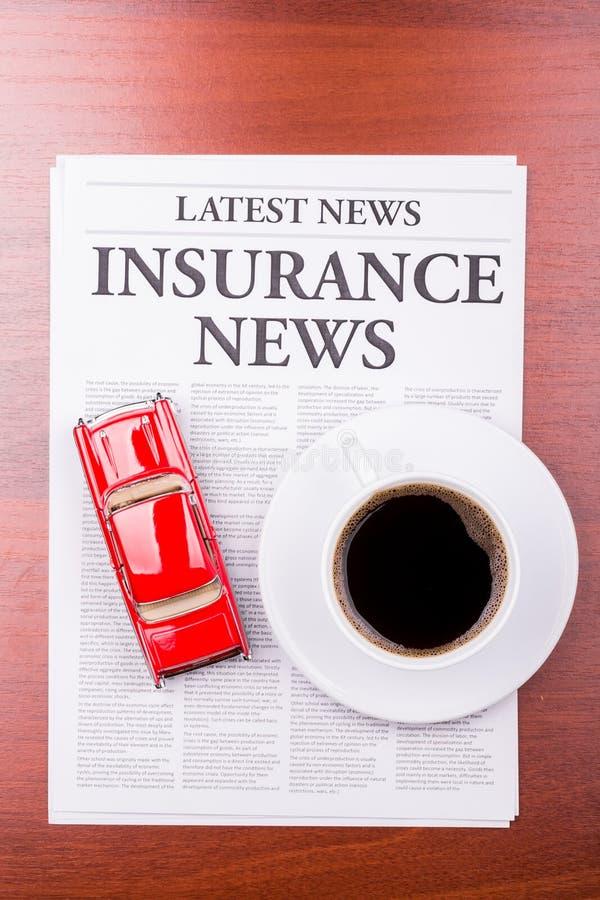 bilförsäkringnyheternatidning royaltyfri fotografi
