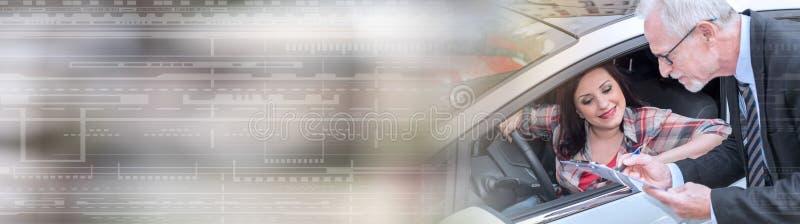 Bilförsäljare som ger förklaringar på skrivplattan till den unga kvinnan panorama- baner royaltyfria bilder