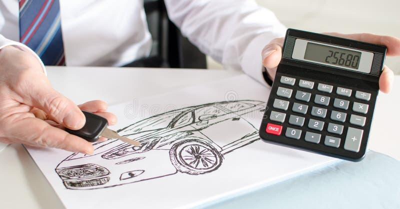 Bilförsäljare som visar priset av en bil royaltyfri bild