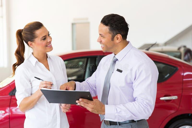 Bilförsäljarekund royaltyfria bilder