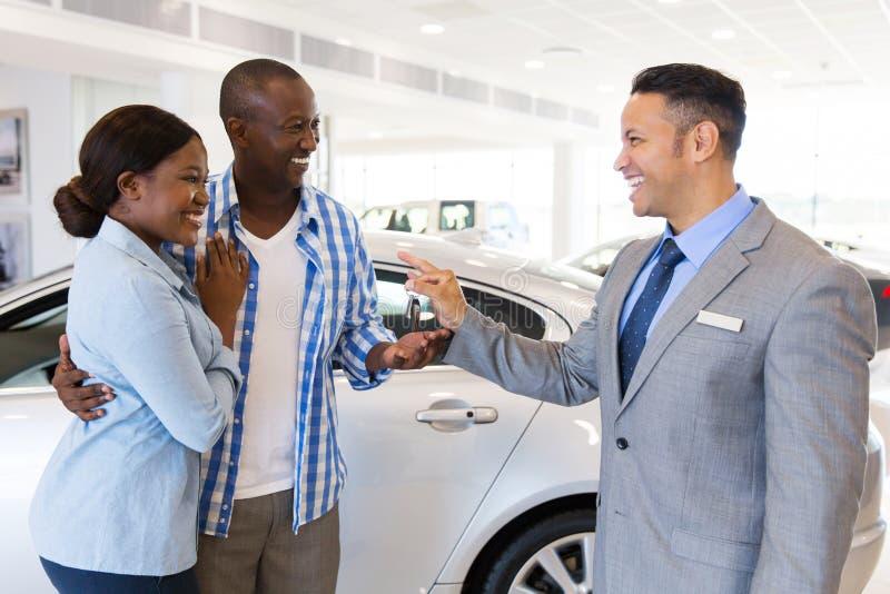 Bilförsäljarepar arkivbild