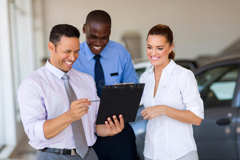 Bilförsäljningskonsulenter royaltyfria bilder