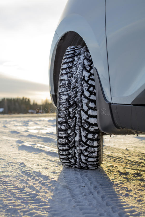 Bilframdelhörn, vintergummihjul och det snöig landskapet i Finland arkivfoto