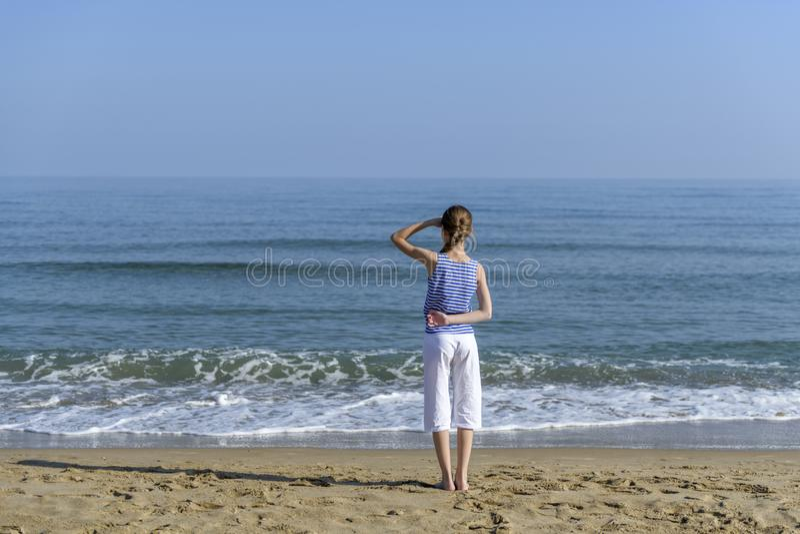 bilfrihetsflicka henne som ser det near havet royaltyfri foto