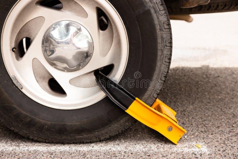 Bilgummihjul med den gula kängan arkivbild