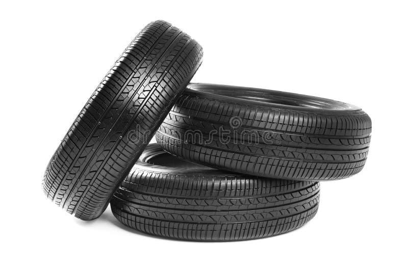 Bilgummihjul på bakgrund arkivfoton