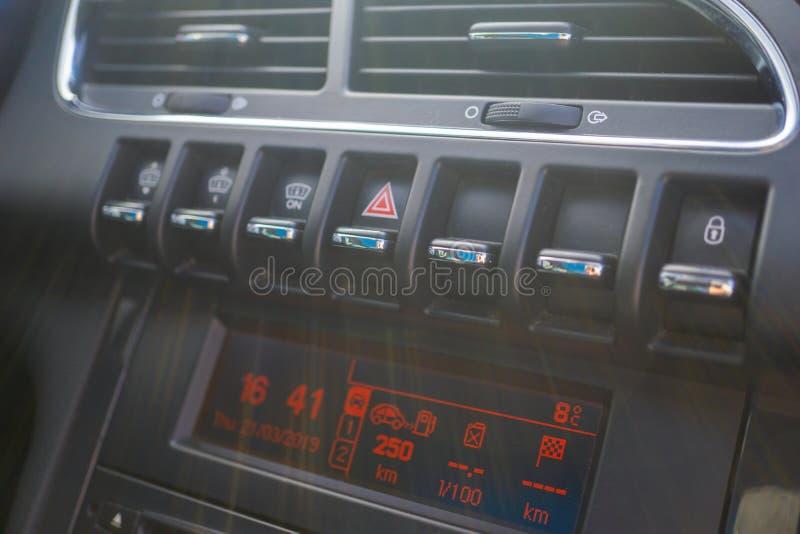 Bilhårbalsam luftflödet inom bilen Detaljinre Luftkanaler, deflektorer på bilpanelen arkivfoto