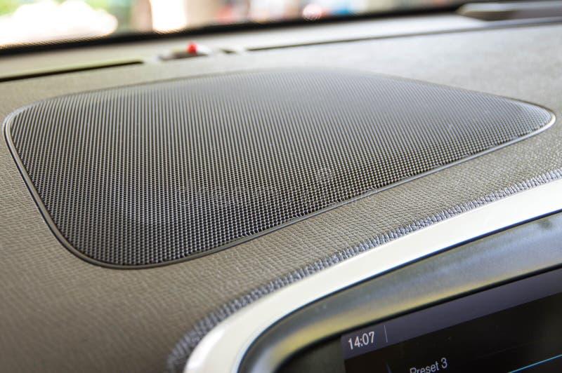 Bilhögtalarebashögtalare på instrumentbrädan arkivfoton