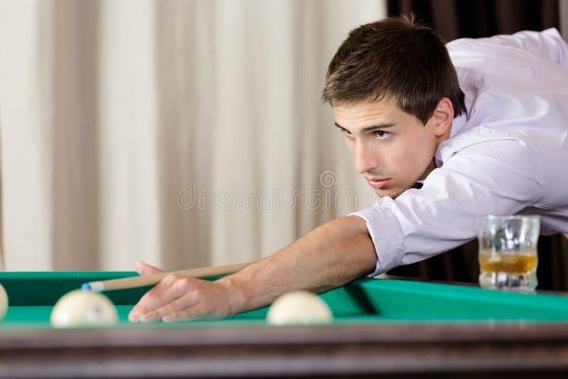 Homem que joga o bilhar na casa de jogo fotos de stock royalty free