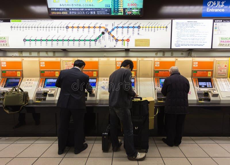 Bilhete de compra das máquinas de venda automática no aeroporto de Fukuoka imagem de stock