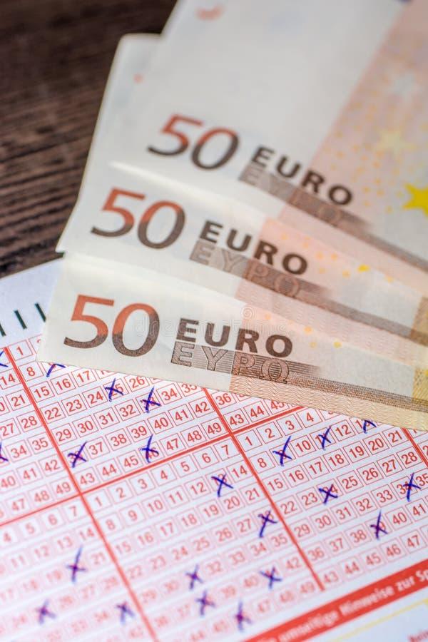 Bilhete de loteria terminado como o jogo caro imagens de stock