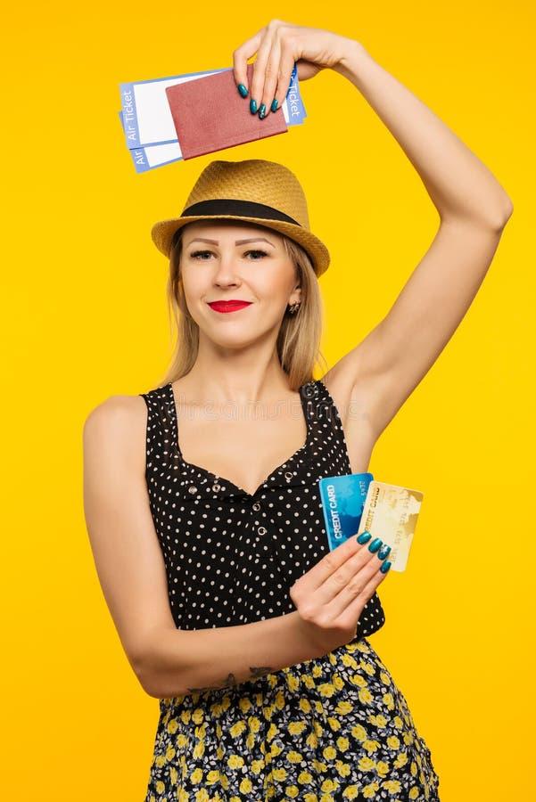 Bilhete novo da passagem de embarque do passaporte da terra arrendada do estudante de mulher e cartão de crédito entusiasmados de fotografia de stock