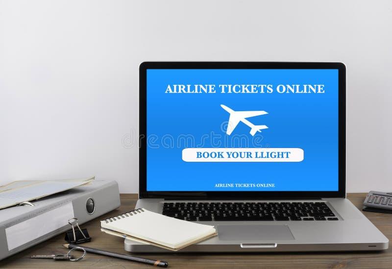 Bilhetes de avião de compra em linha no portátil fotografia de stock royalty free