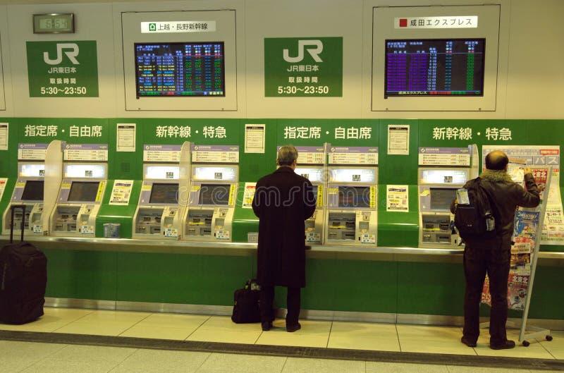 Bilhetes de compra dos povos da estação do JÚNIOR de Tokyo   fotos de stock royalty free
