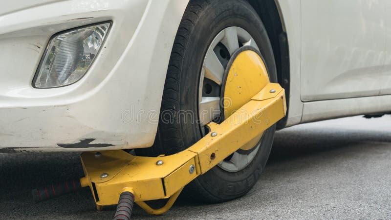 Bilhjul som blockeras av hjullåset därför att olaglig parkeringskränkning royaltyfri foto